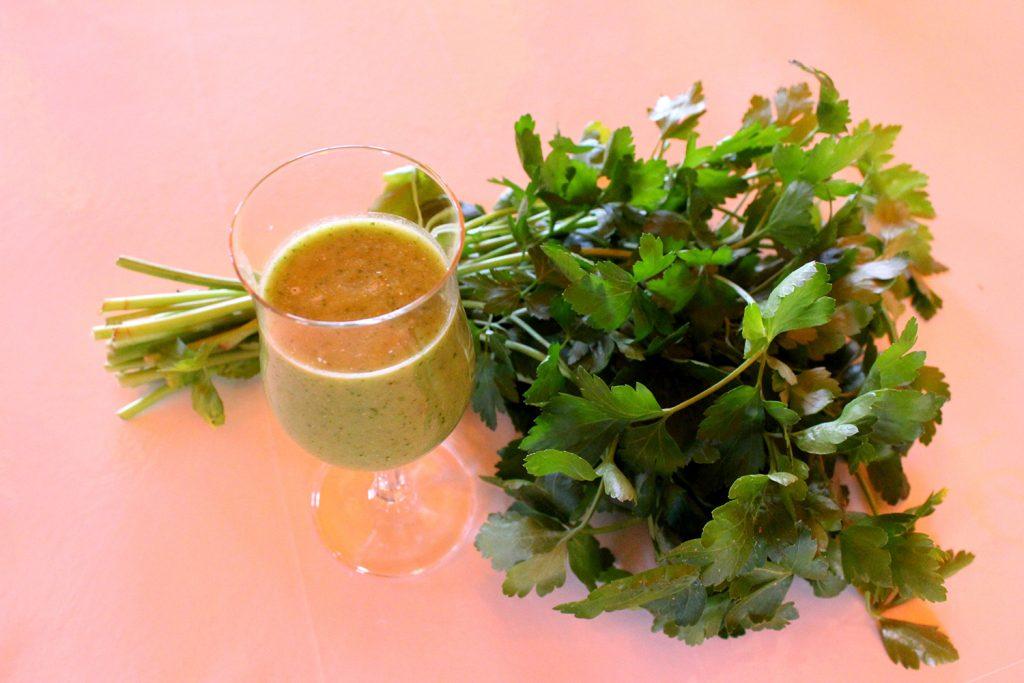 Rezept für leckere grüne Detox Smoothies aus dem Westerwald, unter anderem mit Acocado, Rucola, Gurke, Ananas und Kokosmilch
